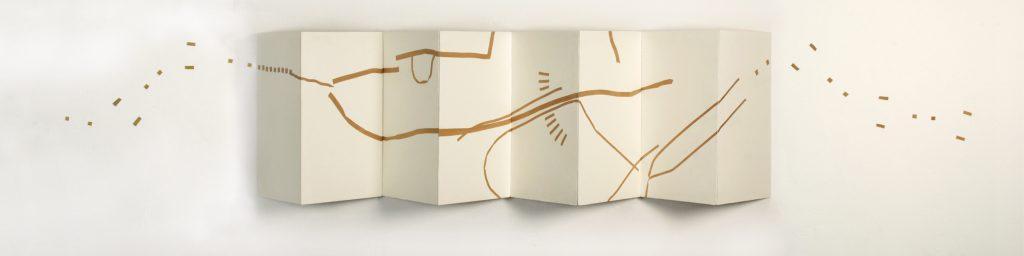 Auflösung des Tafelbildes   - Vierfaltenplan und Fährte -  Öl auf Holz 210 x 70 x 45 cm   1991  -  Holzstückchen auf einer gedachten Energielinie über die Wand laufend