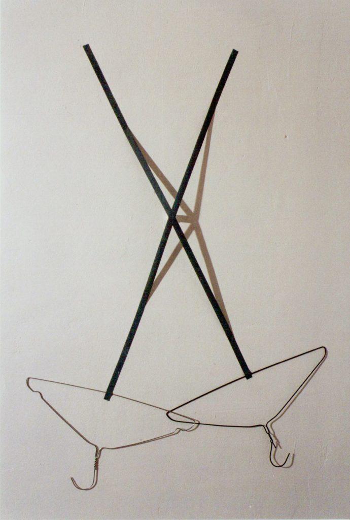 PLASTISCHE ZEICHNUNG  Nr. 5   - para un dia mas   - ca.  100 x 70 cm       3 Zuckerwürfel, Licht u. Schatten, 2 Drahtkleiderbügel, graues Klebeband,