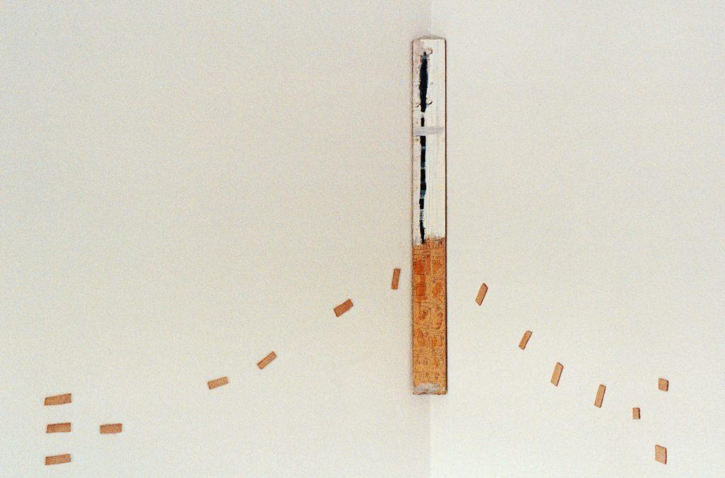 ...aus freien Stücken - eine plastische Zeichnung  -Holzpalette mit Ölfarbe & div. Zusätzen, Kugelschreiber, Holzstückchen auf Tapete